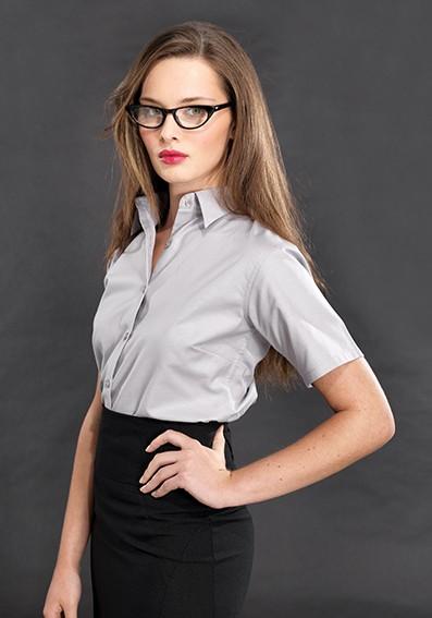 Blusen und Röcke für Servicekräfte
