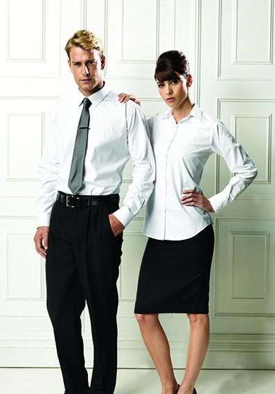 Messebekleidung mit weißen Hemden und Blusen