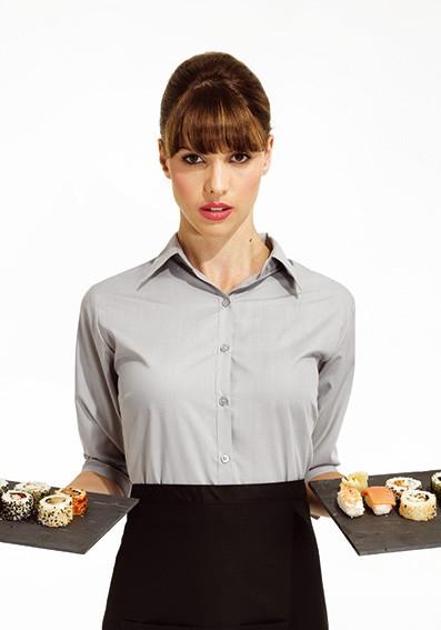 graue-Bluse-und schwarze-Schürze-Restaurant
