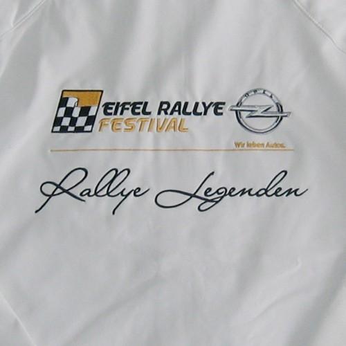 Softshelljacke mit farbigem Logo bestickt